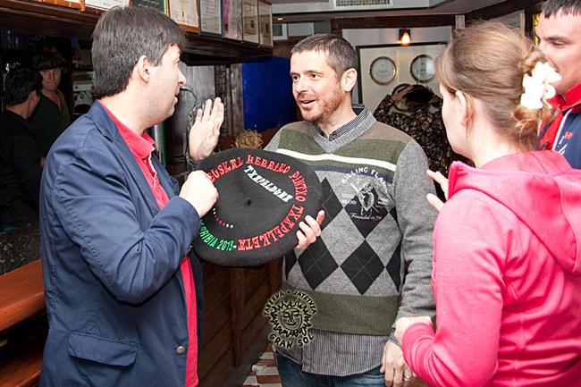 Ahí estoy, tratando de explicar a Konstantin Dorokhin el significado que tienen las txapelas en los campeonatos de todo índole en Euskadi….