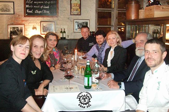 En una de las cenas en San Petersburgo, tuvimos como comensal de honor al Cónsul General de España en San Petersburgo, D. Ricardo Peidró Conde, su esposa y otras autoridades con las que pudimos conversar sobre nuestra cocina