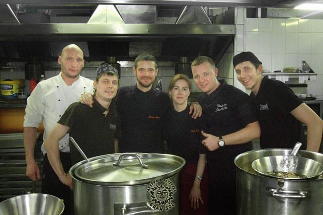Con Maxim Shalavin y parte de su equipo del restaurante Stroganoff Steak House