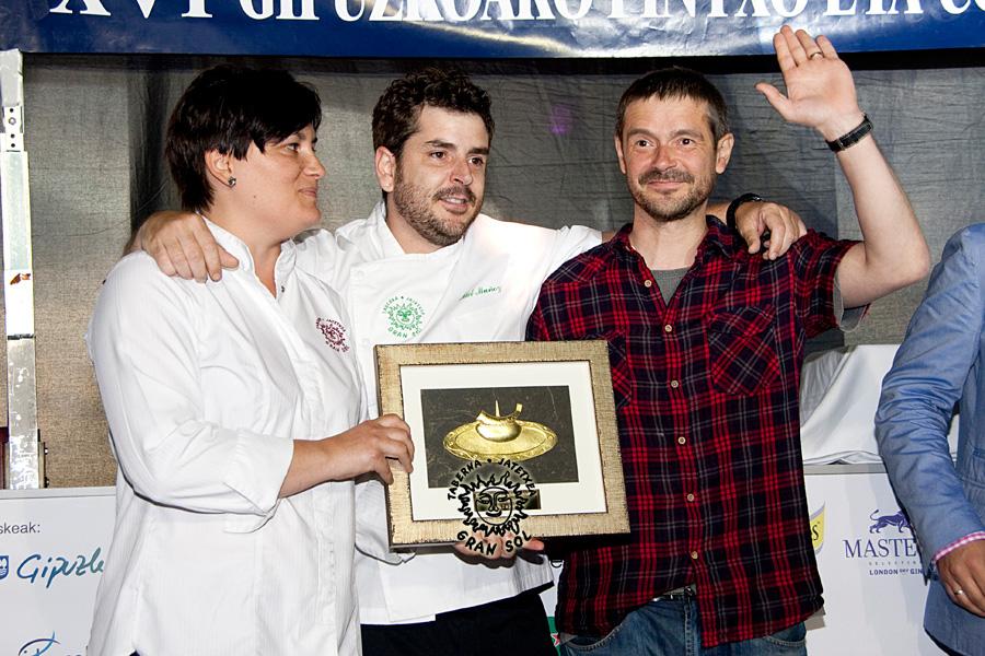 Mika Pop, Mikel Muñoz y Bixente Muñoz con el trofeo y la txapela de campeones. GRAN SOL, Campeón de Gipuzkoa de Pintxos 2014.