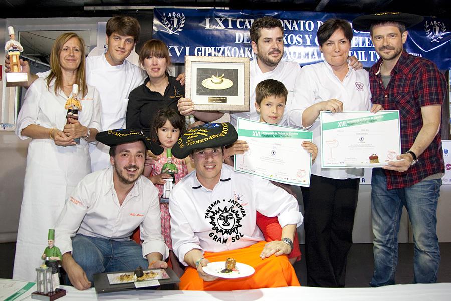 Con otros campeones... de nuestra comarca. Xabi y Txelo del Gaztelumendi de Irun (Premio a la Oridgnalidad), Naiara y David del Danako Jatetxea de Irun (Premio Eusko Label) y Jeremias de La Vinoteka de Irun, finalistas.