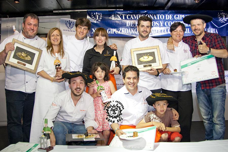 Además de los premiados de Irun, nos acompaña en la foto Iñaki Gezala del Batzoki de Errentería y también del de Hondarribia.... que obtuvo el Plato de Bronce