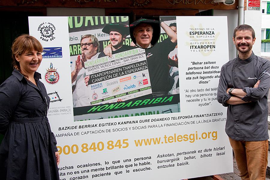En la foto me acompañan Maite Peláez, que es la concejal de Bienestar Social de Ayuntamiento, y Juan Carlos Redondo, que es el Presidente del Teléfono de la Esperanza de Gipuzkoa