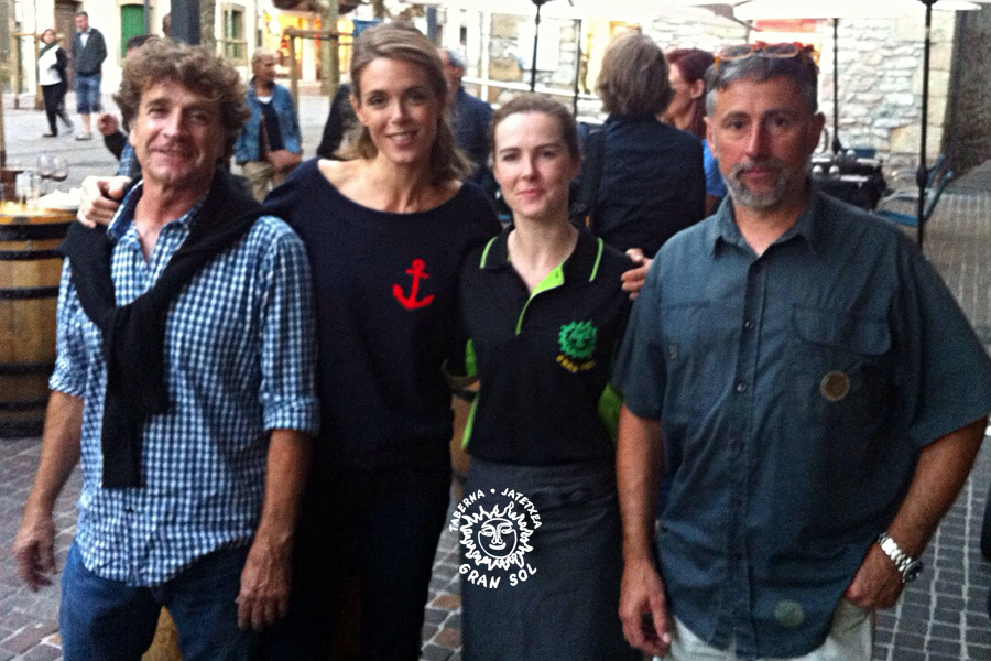 Julie Andrieu y Erika Medina junto al equipo del programa Les Carnets de Julie