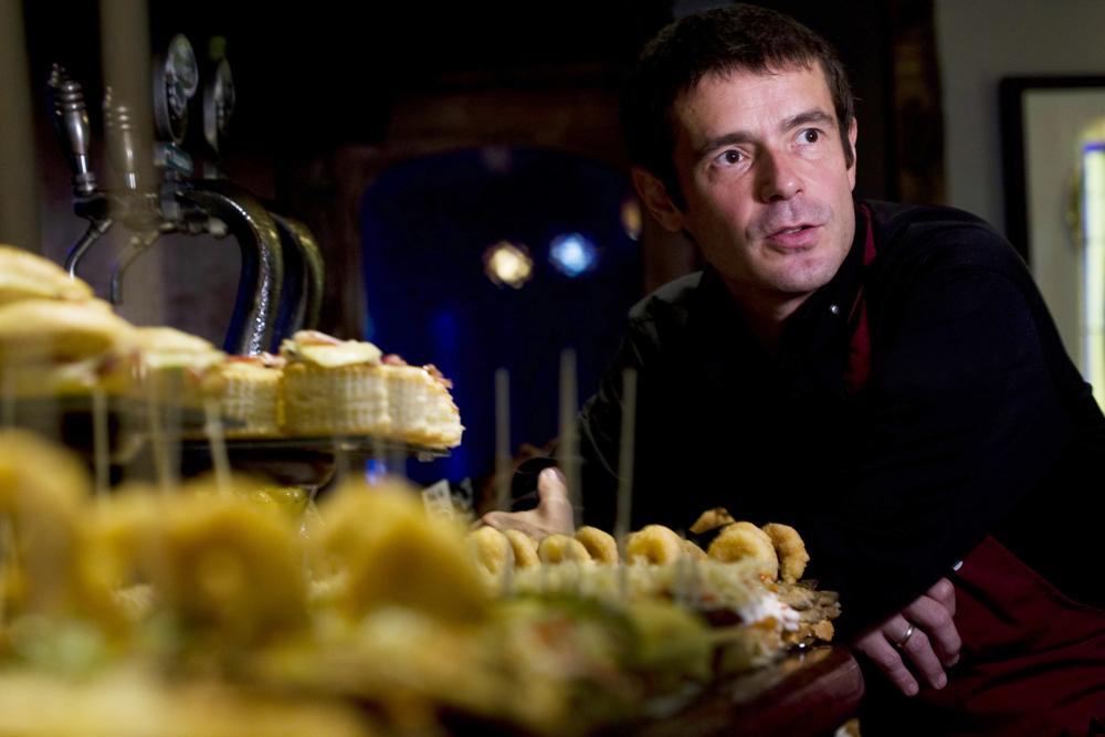 """""""Bixente Muñoz, chef, creativo e ideólogo de uno de los mejores bares de pintxos"""", dice el artículo de El Confidencial"""